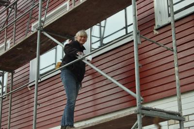 Maria streicht die Fensterrahmen 2017